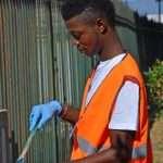 Un volontario al lavoro