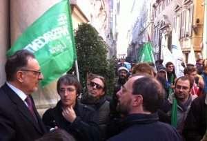 Giorgio Guerello parla con i manifestanti