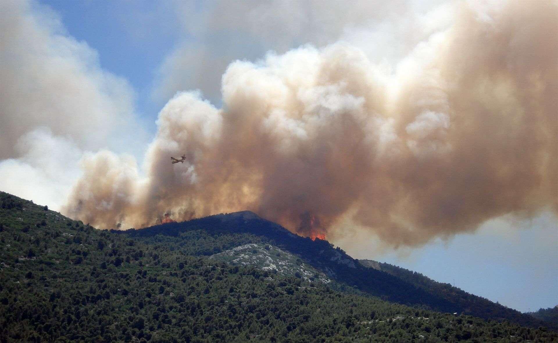 La protesta dei vigili del fuoco: la Regione vuole ridurre la convenzione