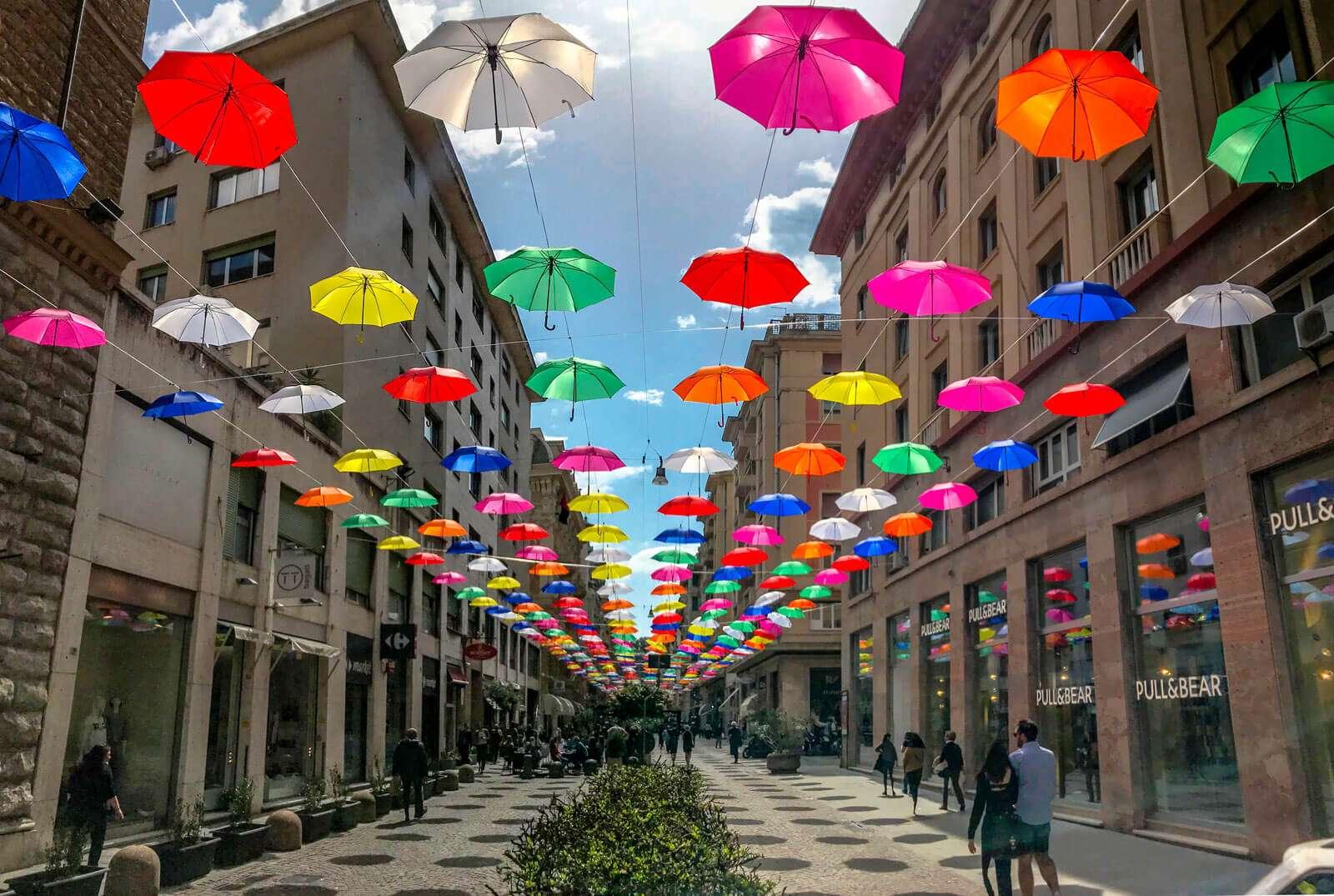 Dietro gli ombrelli colorati che hanno invaso genova cè unazienda
